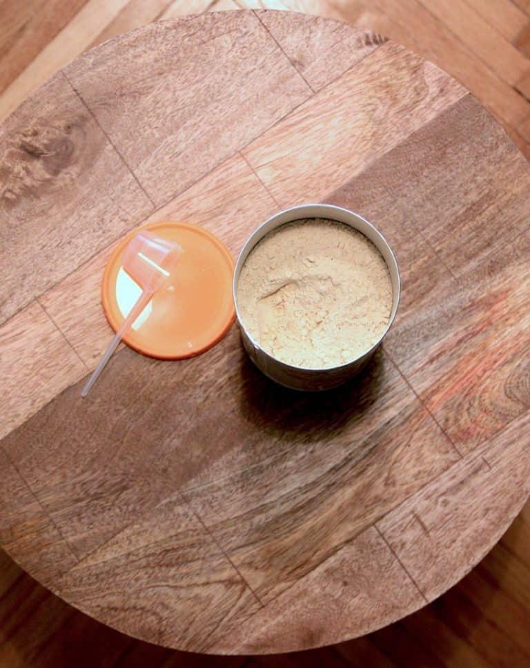 Vegan Proteins Vanille Verpackung mit Messlöffel und Deckel