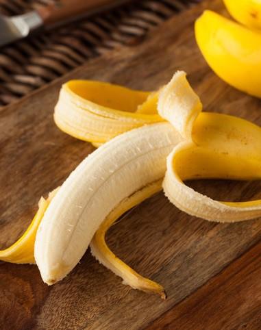 banane auf holzbrett lecker gelb