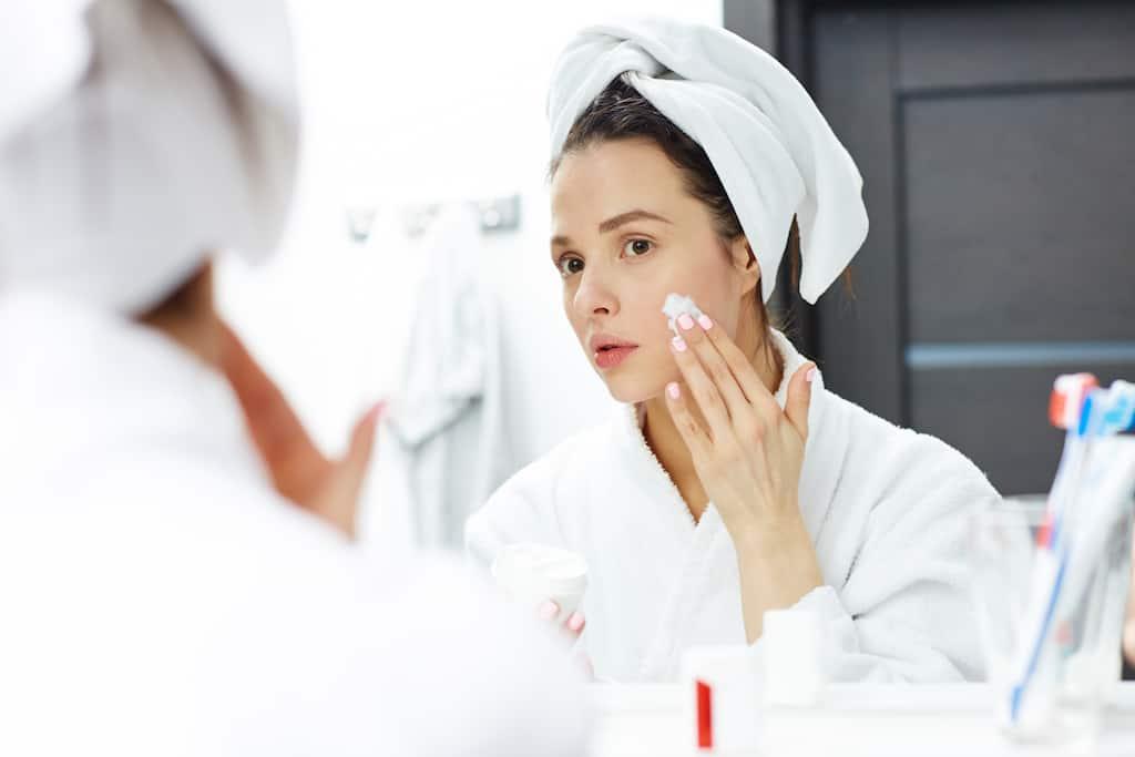 reinigungsmilch frau gesichtspflege badezimmer