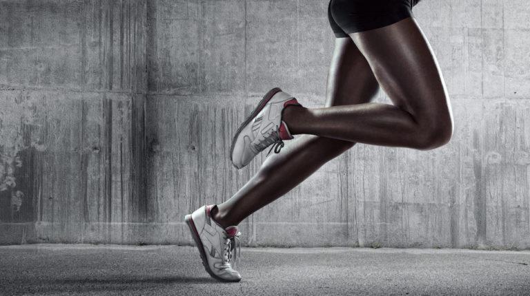 Sport Sprinten Laufen Laufschuhe Joggen pants grauer hintergrund beine fuessee sportlich
