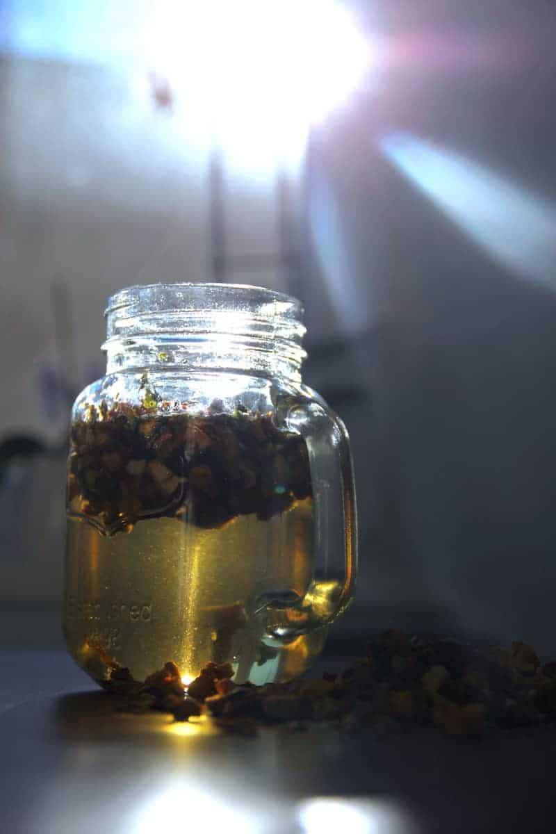 SpuelDurch Tee slimbos test erfahrungsbericht apfel zimt orangenschale brennnessel in glas stueckchen dampf sonnenstrahl