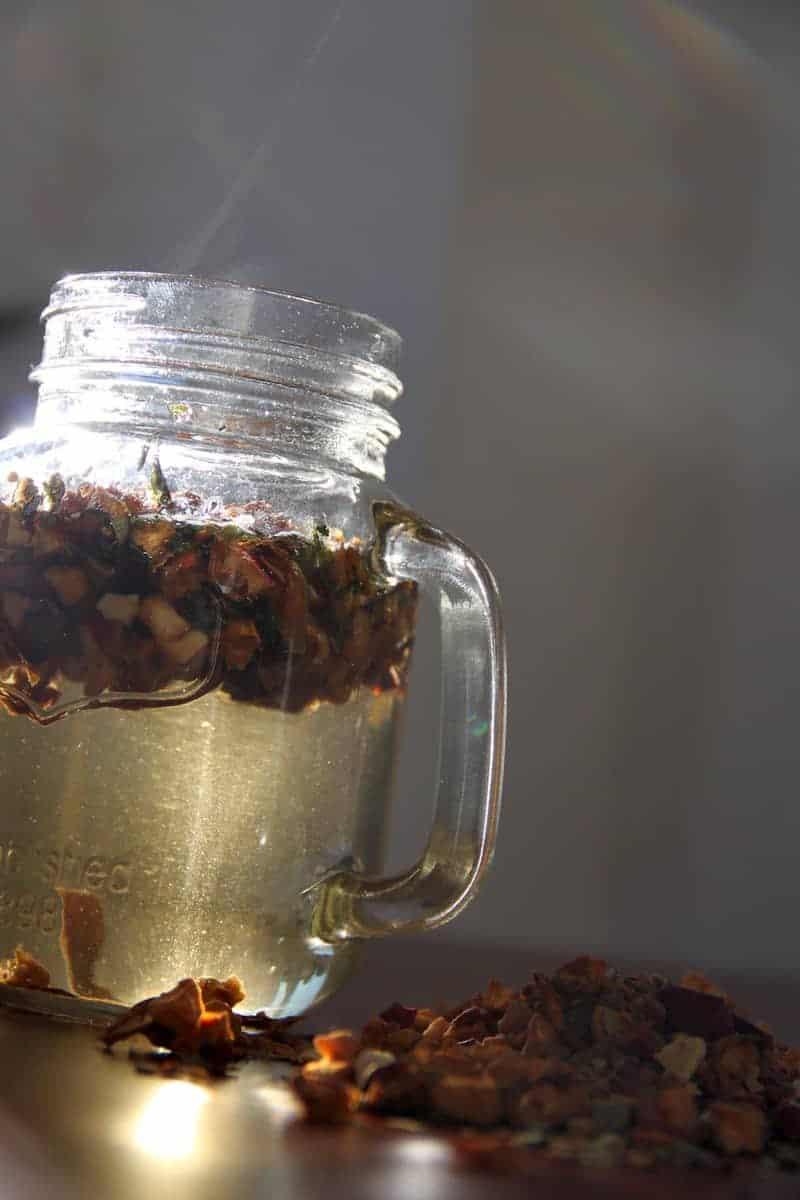 SpuelDurch Tee slimbos test erfahrungsbericht apfel zimt orangenschale brennnessel in glas stueckchen dampf