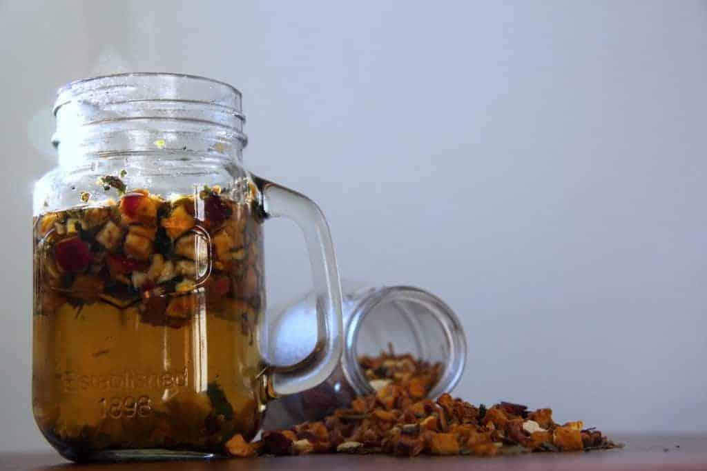 SpuelDurch Tee slimbos test erfahrungsbericht apfel zimt orangenschale brennnessel in glas stueckchen heiß dampf tee aus glasflasche