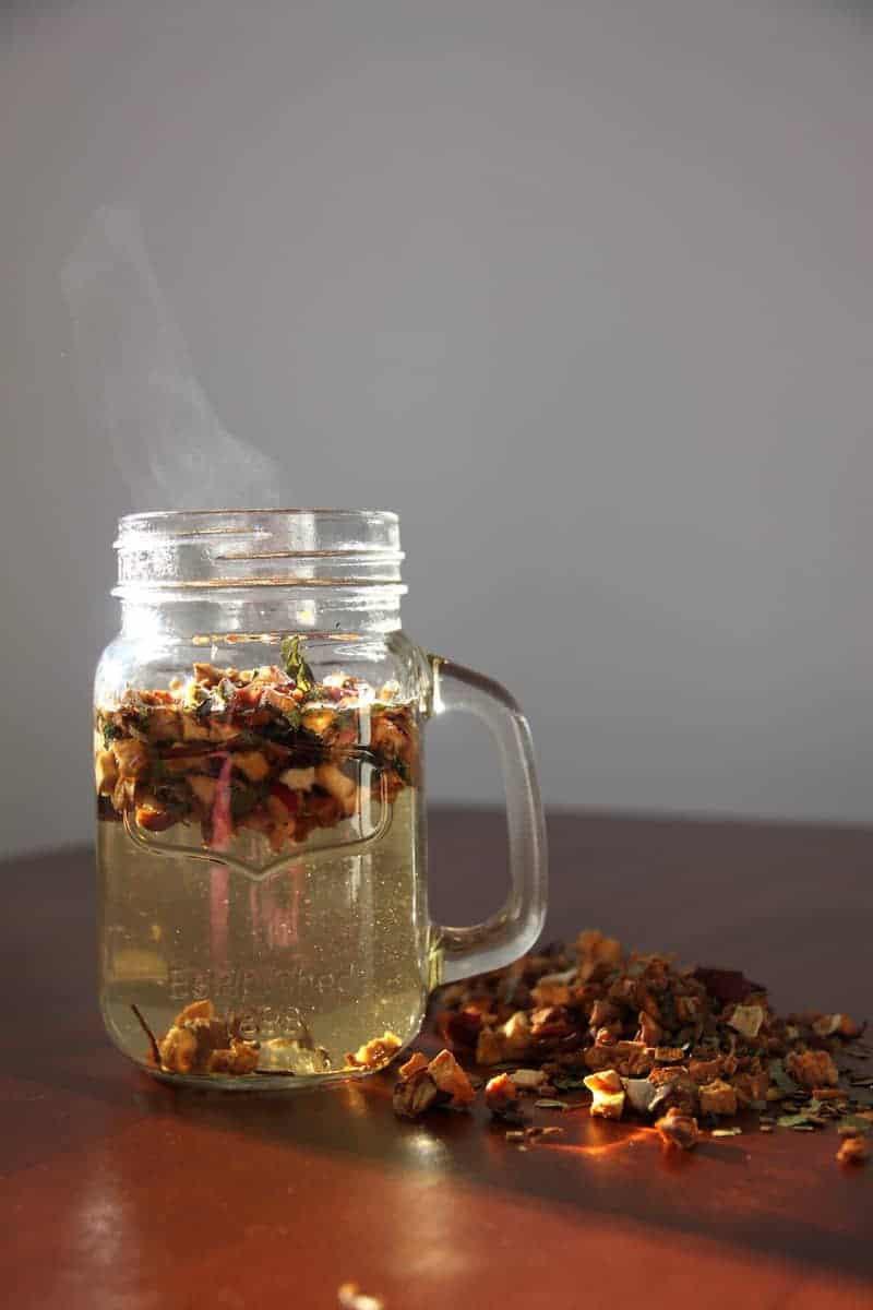 SpuelDurch Tee slimbos test erfahrungsbericht apfel zimt orangenschale brennnessel in glas stueckchen heiß dampf