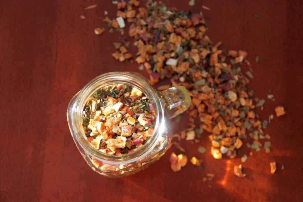 SpuelDurch Tee slimbos test erfahrungsbericht apfel zimt orangenschale brennnessel in glas stueckchen von oben