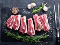 fleisch proteine schwefel schwein fett auf schwarzem brett klein