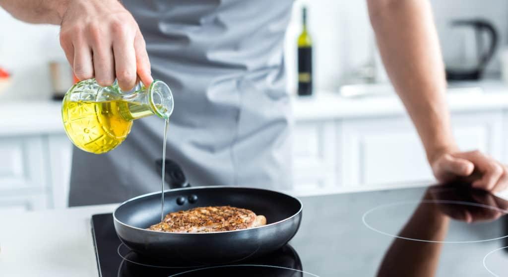 Anbraten von Gemuese in Pfanne mit Oel