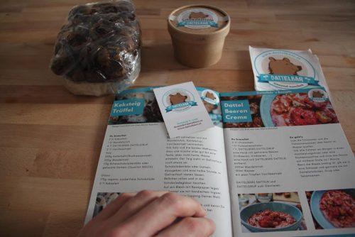 Dattelbaer rezeptbuch schokodatteln extrasoft extra weiche datteln visitenkarte sticker aufkleber blaettern in zeitschrift