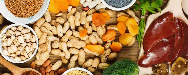 Große Auswahl an zinkhaltigen Lebensmitteln Erdnüsse brokkoli eisen rot mikro