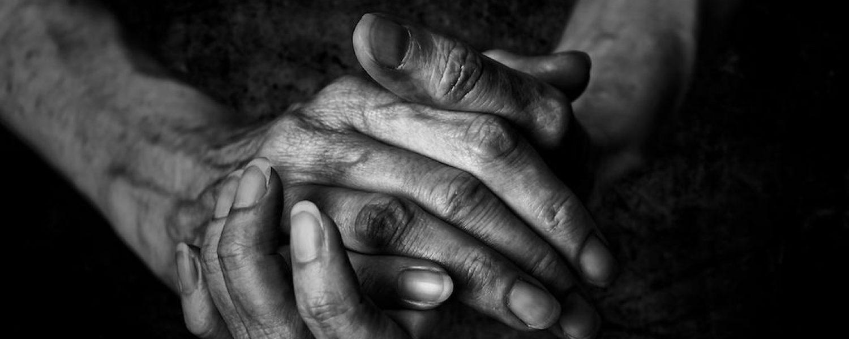 Gefaltenne Hände schwarz weiß Frau