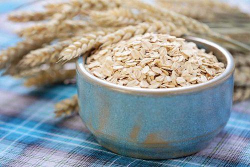 Haferflocken in Schale Getreide kohlenhydrate