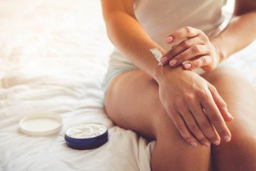 Haut eincremen Arm Beine Frau pflege