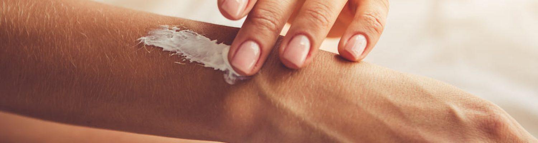 Haut eincremen mit Feuchtigkeitscreme