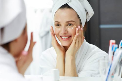 Hyaluronsäure im Gesicht auftragen