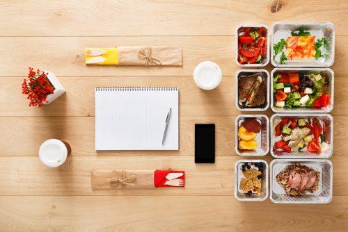 Lebensmittel meal prep block kugelschreiber am tisch getraenk essen