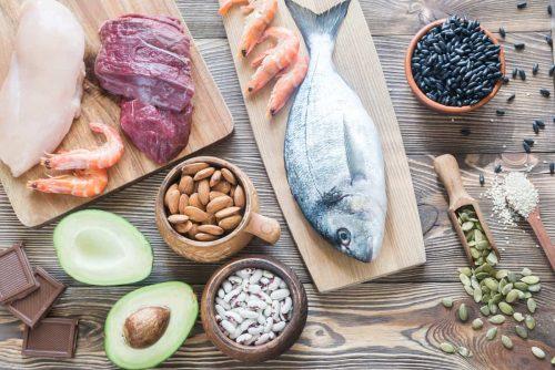 Makronaehrstoffe eiweiss proteine fisch lachs avocado fleisch nuesse chlorid