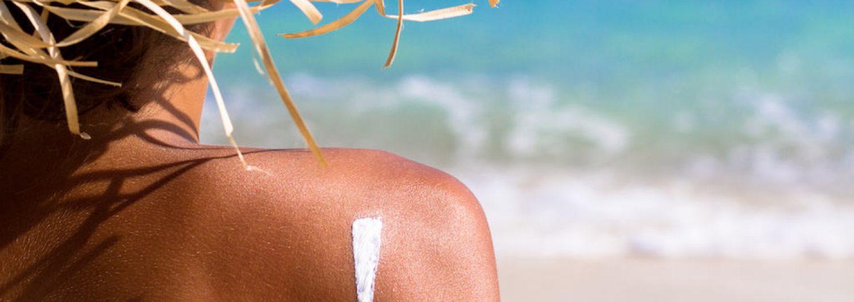 Sonnencreme auf der Haut am Strand