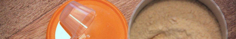 Vegan Proteins Pulver offene Verpackung Messlöffel und Deckel