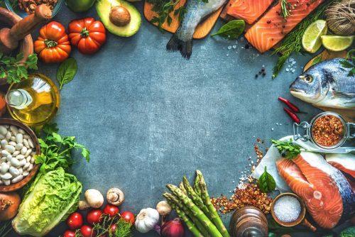 Auswahl an frischem Obst, Gemüse und Fisch. Avocado Spargel Lachs Tomaten Salat Pilze Kräuter Nüsse
