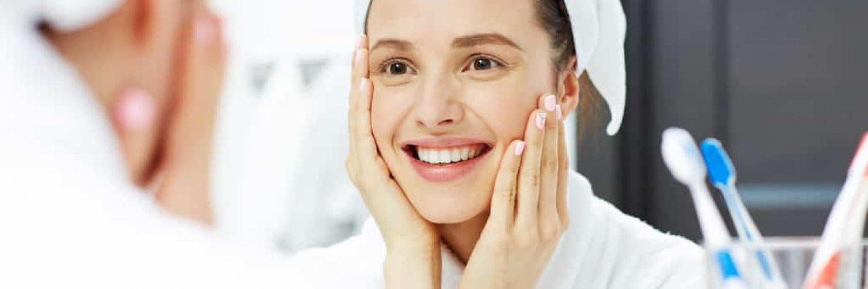 gesichtspflege reine haut schön badezimmer lächeln