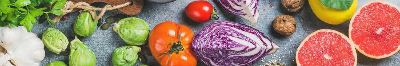 gesundes gemüse am tisch tomaten kraut kohl