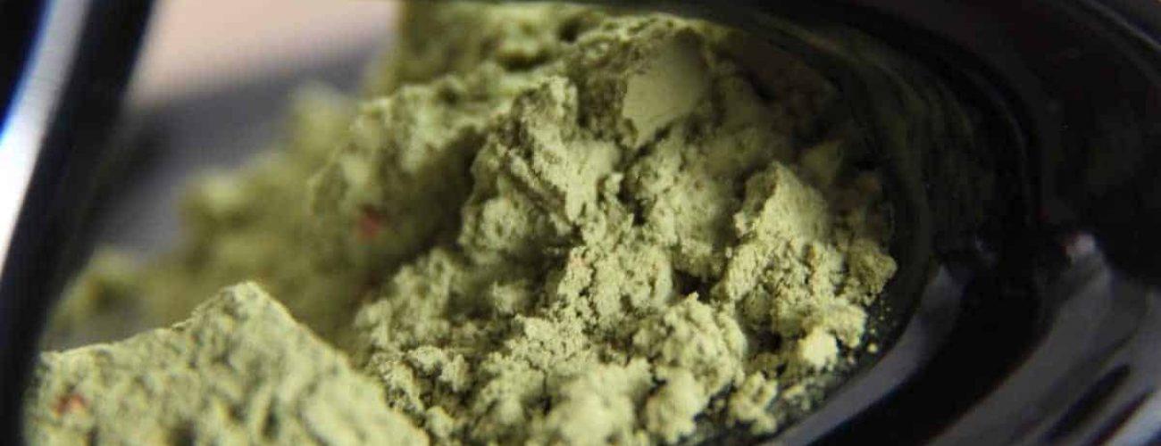 matcha pulver gruentee gruener tee schwarzer hintergrund