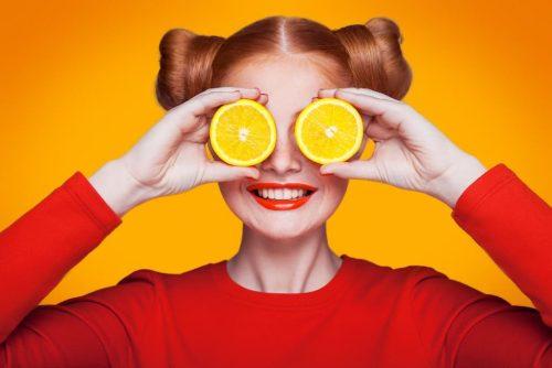 vitamine frau orangen orange woman pullover vor augen grinst